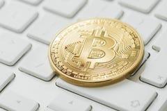 Bitcoin en el teclado de ordenadores foto de archivo