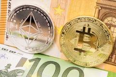 Bitcoin en ethereummuntstukken op euro geldrekeningen Stock Fotografie