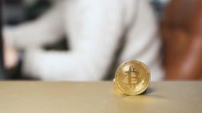 Bitcoin en la tabla, hombre de negocios trabaja en fondo borroso almacen de video
