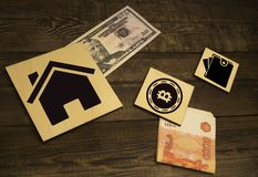 Bitcoin en la torre de madera de las unidades de creaci?n Concepto para el riesgo del bitcoin o la estrategia del bitcoin foto de archivo libre de regalías