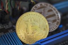 Bitcoin en Litecoin op de raad van de elektronische computerbewerker Virtueel/digitaal cryptocurrencyconcept royalty-vrije stock afbeeldingen