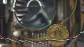 Bitcoin en plan rapproché, le refroidisseur entourant sur le fond brouillé banque de vidéos