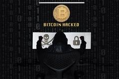 Bitcoin a entaillé avec un ordinateur de trois-écran image stock