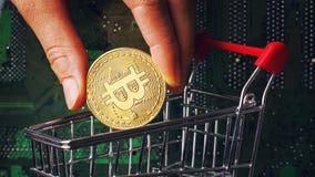 Bitcoin est abaissé dans le panier du consommateur photos libres de droits