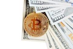 Bitcoin est une pièce d'or sur des billets d'un dollar Concept financier avec l'espace pour votre texte Photographie stock libre de droits