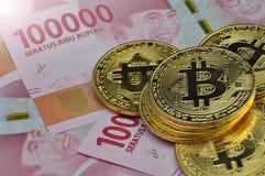 Bitcoin et devise de roupie de l'Indonésie photographie stock libre de droits
