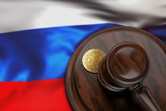 Bitcoin et marteau de juge s'étendant sur le drapeau de la Russie Photos libres de droits