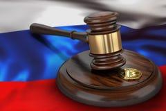 Bitcoin et marteau de juge s'étendant sur le drapeau de la Russie Photos stock
