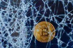 Bitcoin et verre criqué sur le fond noir La chute du bitcoin Effondrement d'accident image libre de droits