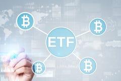 Bitcoin ETF, troca trocou o conceito do fundo e dos cryptocurrencies na tela virtual fotos de stock royalty free