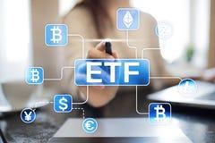 Bitcoin ETF Utbyte handlat fond- och cryptocurrencybegrepp på den faktiska skärmen arkivfoton
