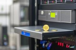 Bitcoin, ethereum do litecoin no PC na sala do servidor, moedas douradas, lembranças inventa, espaço da cópia Conceito do negócio Fotos de Stock
