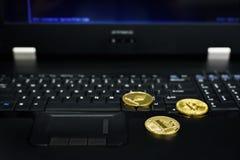 Bitcoin, ethereum do litecoin no PC na sala do servidor, moedas douradas, lembranças inventa, espaço da cópia Conceito do negócio Imagem de Stock Royalty Free