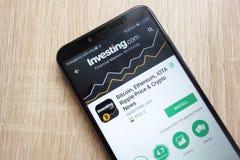Bitcoin, Ethereum, Iota, Kräuselungs-Preis und Schlüsselnachrichten durch die Investierung COM-App auf der Google Play Store-Webs stockbild