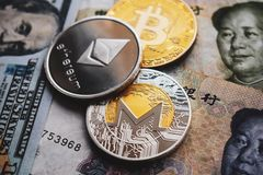 Bitcoin, Ethereum, Monero mynt på kinesiska Yuan och US dollar sedlar royaltyfria foton