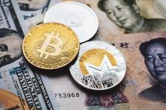 Bitcoin, Ethereum, Monero mynt p? kinesiska Yuan och US dollar sedlar royaltyfri bild