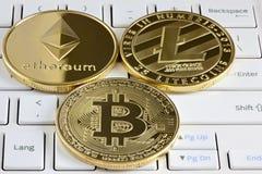 Bitcoin, Ethereum und Litecoin auf der Tastatur Lizenzfreies Stockfoto