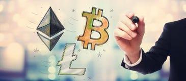 Bitcoin, Ethereum y Litecoin con el hombre de negocios fotografía de archivo libre de regalías