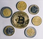 Bitcoin, euro et dollars Photographie stock libre de droits