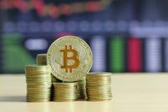 Bitcoin förlade på guld- mynt för bunt av det finansiella fullvuxna begreppet och arkivbild