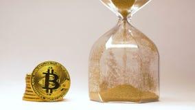 Bitcoin fa una pausa Sandglass con la macro di versamento della sabbia dell'oro archivi video