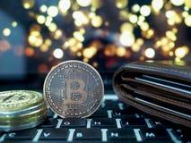 Bitcoin faktiska pengarcryptocurrencies med bokeh i bakgrund fotografering för bildbyråer