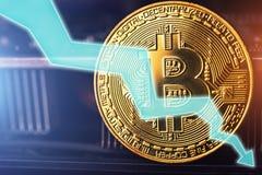 Bitcoin fallen unten Goldene Bitcoin-Münze - Symbol der Schlüsselwährung und des Pfeiles unten auf Technologiehintergrund Lizenzfreies Stockbild