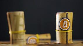 Bitcoin faller skinande modeller ner på pappers- kontanta rullar arkivfilmer