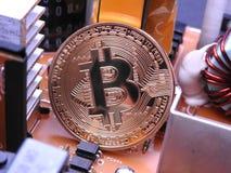 Bitcoin framme av elektroniska delar och kylare Royaltyfria Foton