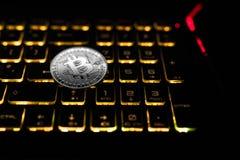 Bitcoin gelijke aantallen Het muntstuk ligt op het zwarte toetsenbord Royalty-vrije Stock Foto's