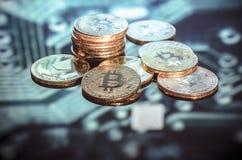 Bitcoin-Gold, silberne und Kupfermünzen und defocused Druck-circ stockfotografie
