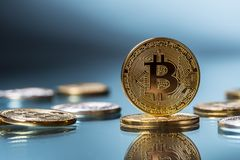 Bitcoin Goldene und silberne bitcoins - virtuelles cryptocurrency Lizenzfreie Stockfotos