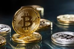 Bitcoin Goldene und silberne bitcoins - virtuelles cryptocurrency Lizenzfreies Stockfoto