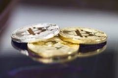 Bitcoin-Goldmünze und defocused Diagrammhintergrund Virtuelles cryptocurrency Konzept Lizenzfreie Stockbilder