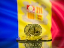 Bitcoin-Goldmünze und defocused Flagge von Andorra-Hintergrund Virtuelles cryptocurrency Konzept stockfotos