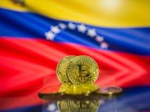Bitcoin-Goldmünze und defocused Flagge von Venezuela-Hintergrund Virtuelles cryptocurrency Konzept stockbilder