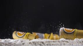 Bitcoin gotówka i złociści modele spadamy puszek na kokainie zbiory wideo