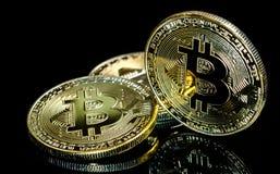 Bitcoin, Gouden Bitcoins op een zwarte achtergrond Foto nieuw virtueel geld Royalty-vrije Stock Fotografie