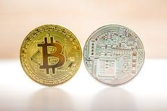 Bitcoin gouden en zilveren die muntstuk op witte bruine achtergrond wordt geplaatst Muntstuk van beide kanten - fron en achterkan Stock Afbeeldingen