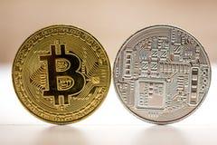 Bitcoin gouden en zilveren die muntstuk op witte bruine achtergrond wordt geplaatst Muntstuk van beide kanten - fron en achterkan Stock Afbeelding