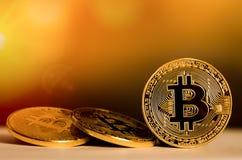 Bitcoin Gouden geld Bitcoin op Gouden achtergrond Stock Foto