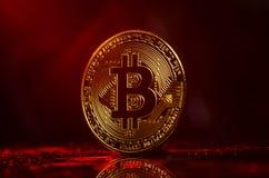 Bitcoin Gouden geld Bitcoin op rode en zwarte achtergrond Stock Afbeeldingen