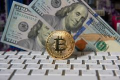 Bitcoin gouden muntstuk en dollarachtergrond Stock Afbeelding