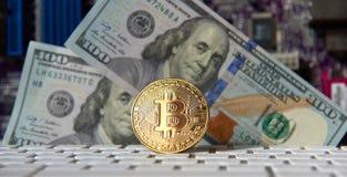 Bitcoin gouden muntstuk en dollarachtergrond Stock Fotografie