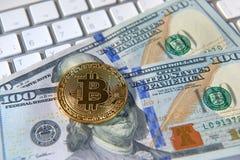 Bitcoin gouden muntstuk en dollarachtergrond Stock Afbeeldingen