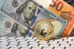 Bitcoin gouden muntstuk en dollarachtergrond Stock Foto