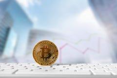 Bitcoin gouden muntstuk met financiële grafiek en dollarachtergrond Stock Foto's