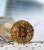 Bitcoin gouden muntstuk met financiële grafiek en dollarachtergrond Royalty-vrije Stock Afbeelding