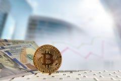 Bitcoin gouden muntstuk met financiële grafiek en dollarachtergrond Royalty-vrije Stock Foto