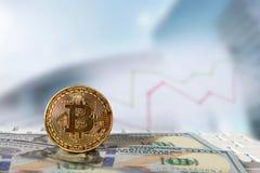 Bitcoin gouden muntstuk met financiële grafiek en dollarachtergrond Stock Afbeelding
